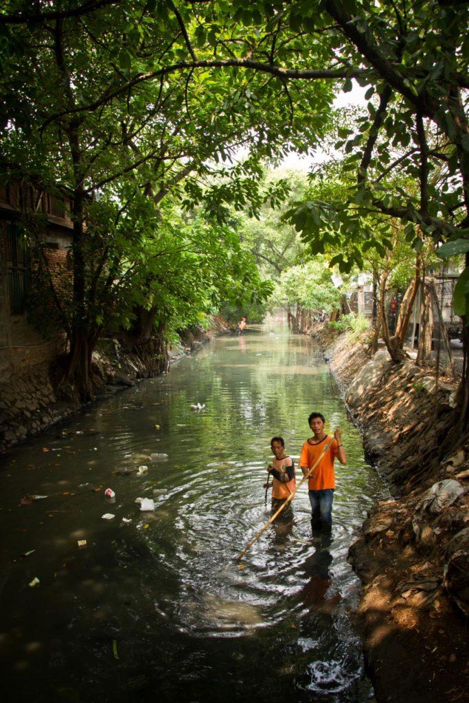 Kinder in einem Fluss in Jakarta