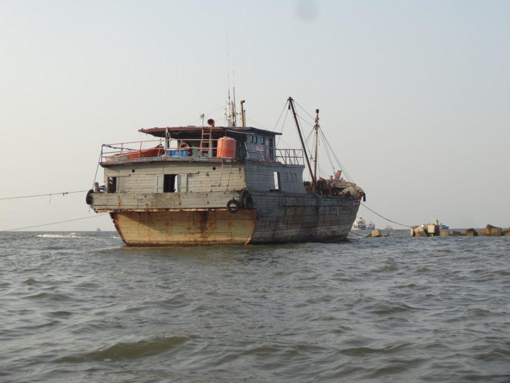 Ein verlassenes Schiff im Hafen von Sunda Kelapa.